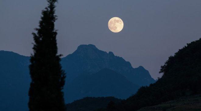 Απίστευτο ρουσφέτι: Τάζει ταξίδι στο… φεγγάρι!