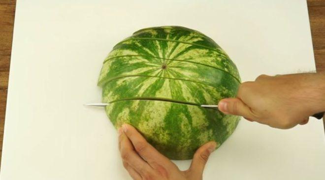 Ο καλύτερος τρόπος για να κόψετε το καρπούζι (ΒΙΝΤΕΟ)