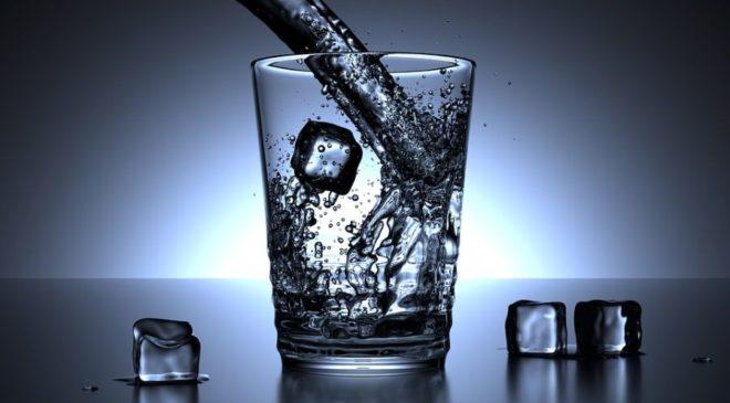 Καύσωνας: Πόσα ποτήρια νερό πρέπει να πίνουμε για κάθε 30 λεπτά που είμαστε έξω