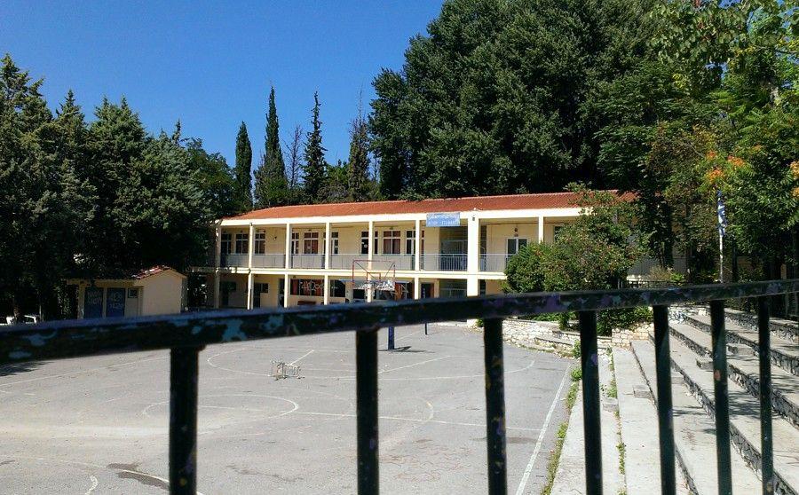 Κοζάνη: Ιερέας σε σχολείο ζήτησε από δασκάλους, γονείς και μαθητές να βγάλουν τις μάσκες
