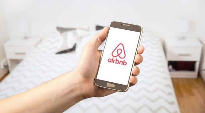 Η Airbnb απαγορεύει τα πάρτι μετά το μακελειό στην Καλιφόρνια