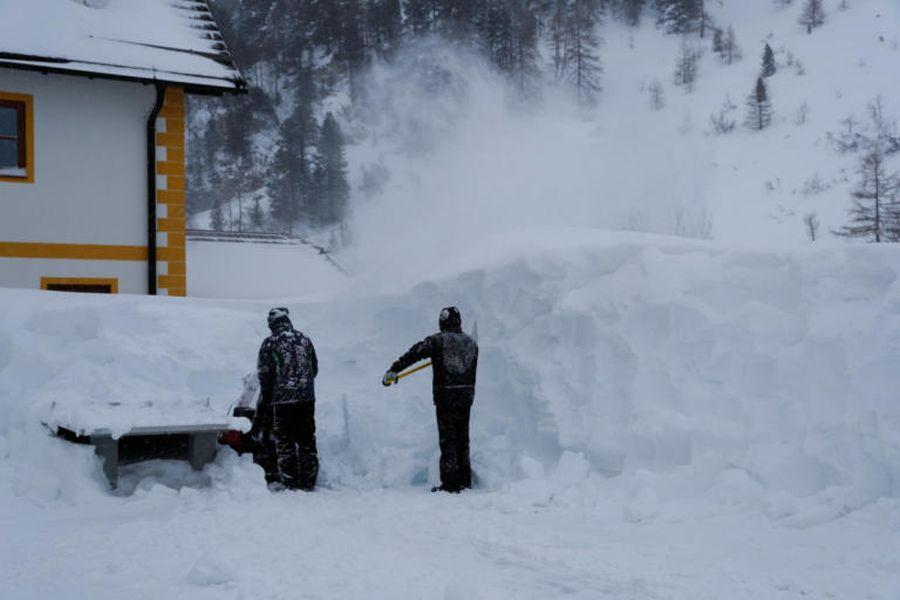 """Το χιόνι """"πνίγει"""" περιοχές της Γαλλίας"""