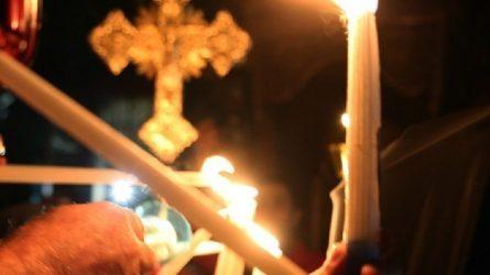 Εξω από τις εκκλησίες το βράδυ της Ανάστασης οι πιστοί στη Βουλγαρία