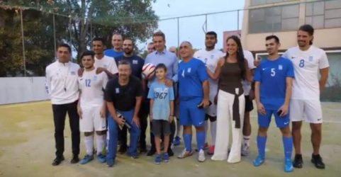 Στην προπόνηση της Εθνικής ομάδας ποδοσφαίρου Τυφλών ο πρωθυπουργός