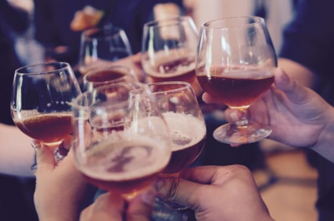 Πόσο αλκοόλ πρέπει να πίνουμε όταν κάνει ζέστη