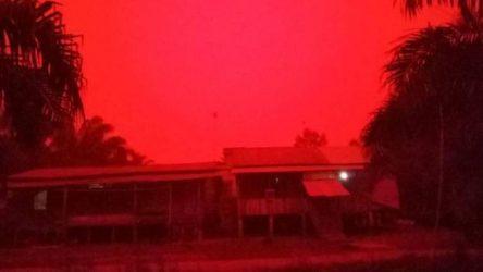 Εγινε κόκκινος ο ουρανός στην Ινδονησία