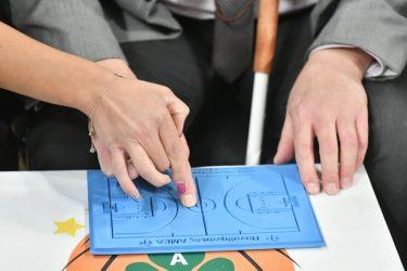 Τυφλός φίλος του Παναθηναϊκού έζησε παιχνίδι μπάσκετ μέσω συστήματος Braille (ΦΩΤΟ)