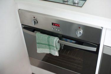 Γιατί δεν πρέπει να κρεμάτε πετσέτα στο φούρνο