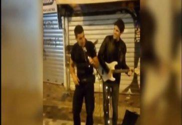 Βραβεύτηκε ο αστυνομικός που τραγούδησε στο Μοναστηράκι