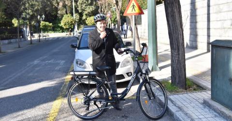 Στο Μαξίμου με ηλεκτρικό ποδήλατο ο πρόεδρος του ΚΕΔΕ (ΒΙΝΤΕΟ)