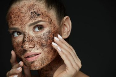 Φτιάξτε αναζωογονητική μάσκα προσώπου με καφέ