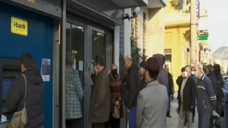 Ουρές έξω από τις τράπεζες (BINTEO)