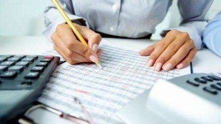 Πόσο φόρο θα πληρώσουν φέτος μισθωτοί και αυτοαπασχολούμενοι