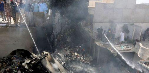 Σε σπίτια έπεσε το αεροπλάνο στο Πακιστάν – Συγκλονιστικές εικόνες (ΒΙΝΤΕΟ & ΦΩΤΟ)