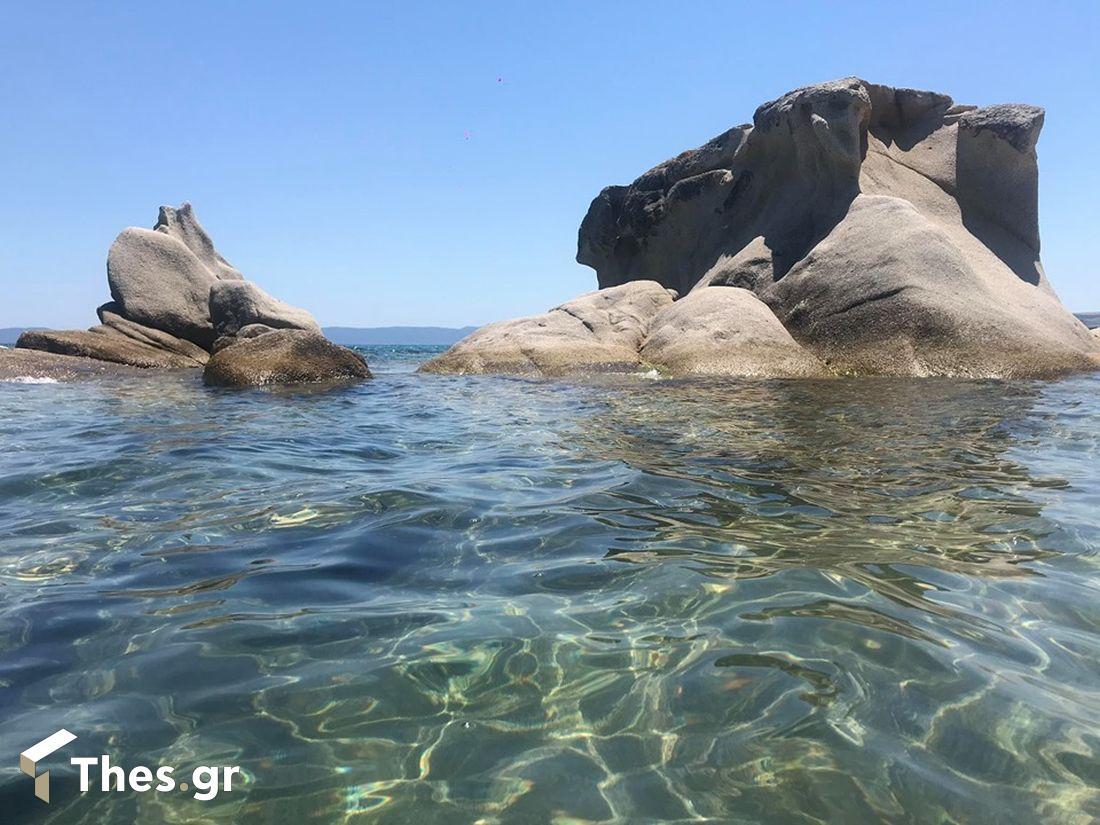 Η παραλία στη Χαλκιδική με τους… βυθισμένους βράχους και τη χρυσή άμμο (ΒΙΝΤΕΟ & ΦΩΤΟ), φωτογραφία-6
