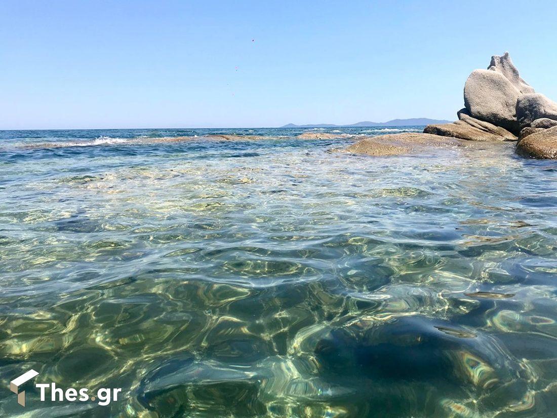 η παραλία στη Χαλκιδική με τους βράχους Κακούδια