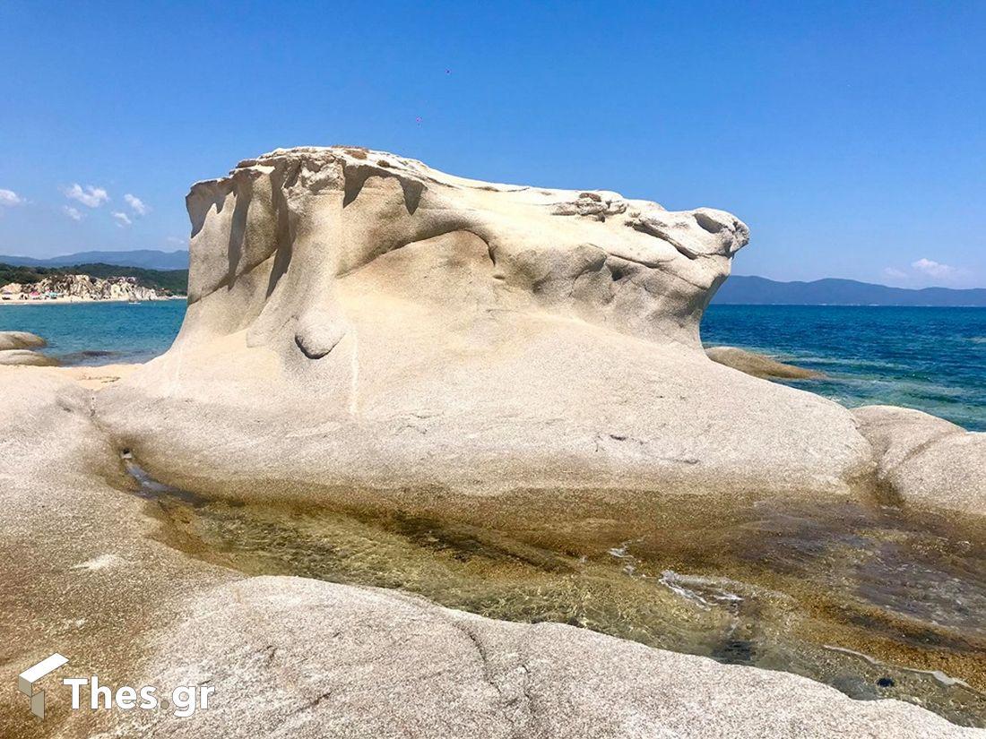 Η παραλία στη Χαλκιδική με τους… βυθισμένους βράχους και τη χρυσή άμμο (ΒΙΝΤΕΟ & ΦΩΤΟ)