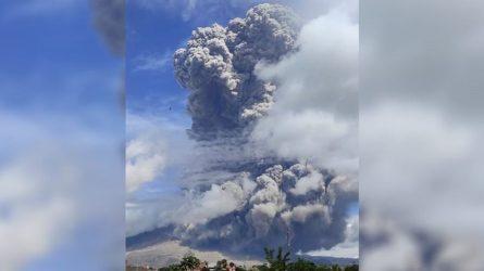 """""""Κόβουν την ανάσα"""" οι εικόνες από το ηφαίστειο του Σιναμπούνγκ στην Ινδονησία (ΒΙΝΤΕΟ)"""