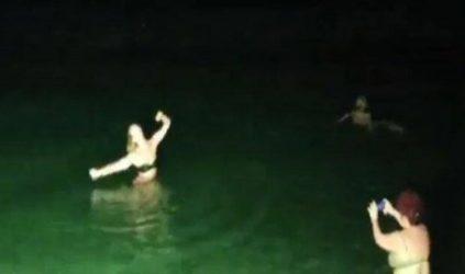Kαβάλα: Χόρεψε ζεϊμπέκικο στη θάλασσα λόγω των μέτρων για τον κορονοϊό (ΒΙΝΤΕΟ)