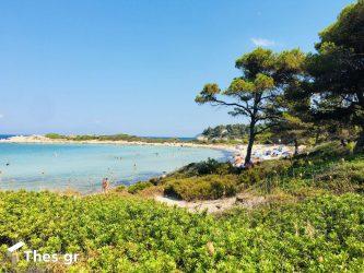 Καρύδι: Η μαγευτική παραλία στη Χαλκιδική με τα γαλαζοπράσινα νερά και τους εντυπωσιακούς βραχώδεις σχηματισμούς (ΒΙΝΤΕΟ)