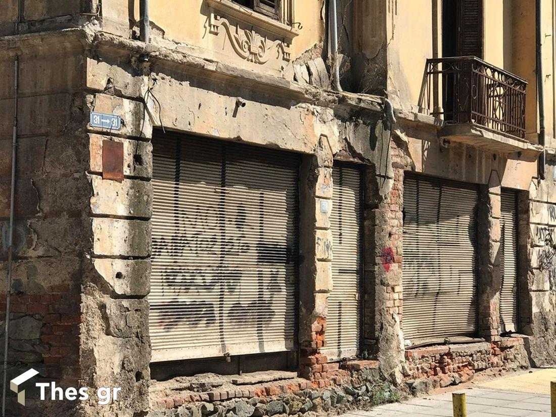 """Θεσσαλονίκη: Κτίριο """"κίνδυνος"""" για περαστικούς και αυτοκίνητα (ΒΙΝΤΕΟ & ΦΩΤΟ), φωτογραφία-2"""
