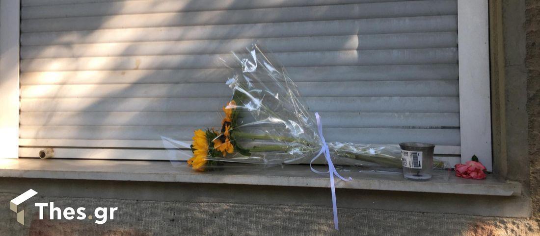 Ντίνος Χριστιανόπουλος: Με λουλούδια αποχαιρετούν τον μεγάλο ποιητή της Θεσσαλονίκης (ΦΩΤΟ)