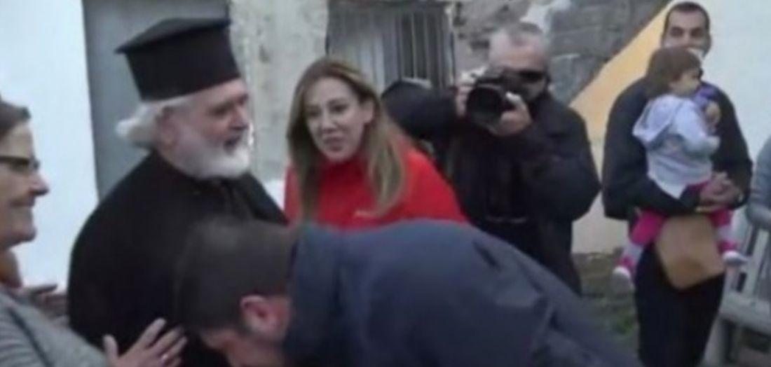 """""""Ο Χαρδαλιάς φίλησε το χέρι μου"""" λέει ο ιερέας από τη Οξυά"""