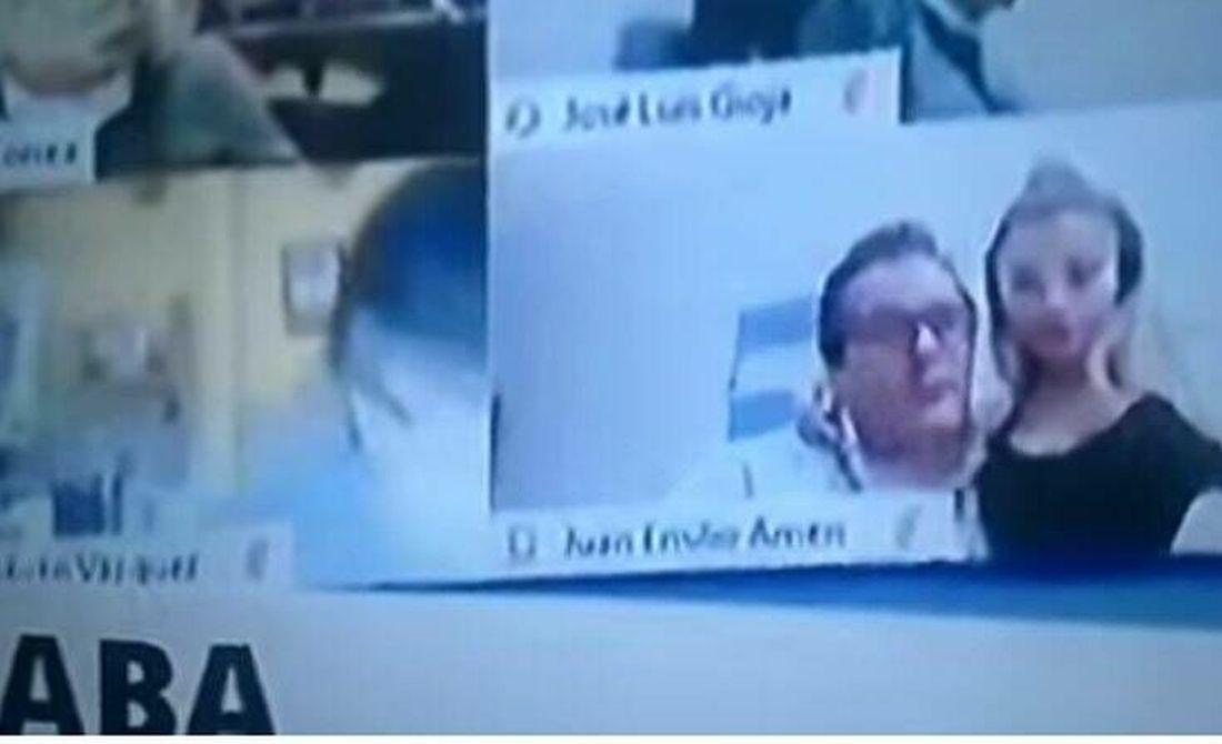 Βουλευτής ερωτοτροπούσε με τη σύντροφό του εν μέσω τηλεδιάσκεψης! (ΒΙΝΤΕΟ)