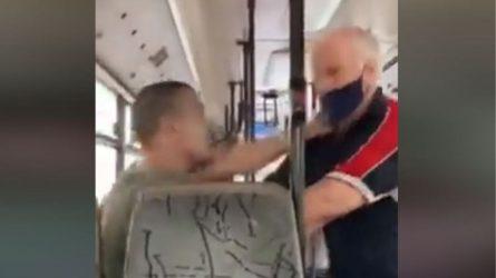 Νεαρός πλακώθηκε στο ξύλο με ηλικιωμένο σε λεωφορείο λόγω μάσκας! (ΒΙΝΤΕΟ)
