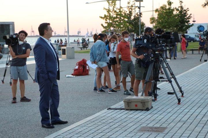Ο Απόστολος Τζιτζικώστας σε γυρίσματα μεγάλου γαλλοβελγικού τηλεπαιχνιδιού στη Θεσσαλονίκη