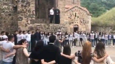Αρμένιοι αποχαιρετούν τις εκκλησίες τους πριν τον ξεριζωμό (ΒΙΝΤΕΟ)