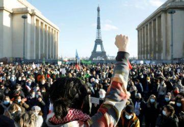 Σοβαρά επεισόδια στη Γαλλία στις διαμαρτυρίες για τον νόμο κατά της φωτογράφισης αστυνομικών