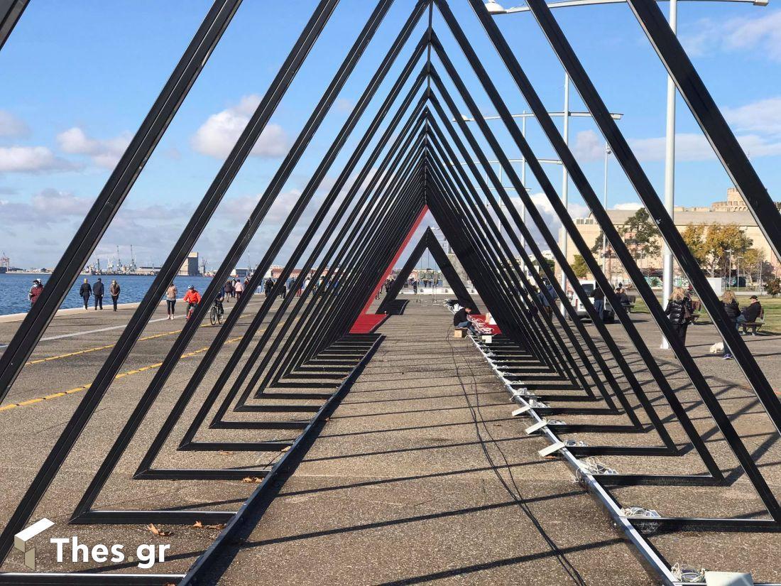 Θεσσαλονίκη: Ετοιμες να φωτίσουν την παραλία οι χριστουγεννιάτικες τριγωνικές αψίδες (ΦΩΤΟ), φωτογραφία-1