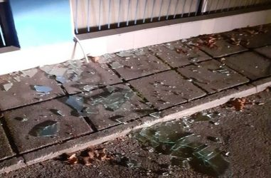 Θεσσαλονίκη: Πέταξαν πέτρες και έσπασαν τα τζάμια στα γραφεία του Ηρακλή στο Κατσάνειο (ΦΩΤΟ)