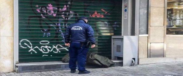 Ασχημη εικόνα: Αστυνομικός σκουντάει άστεγο με το πόδι του για να μετακινηθεί (ΦΩΤΟ)