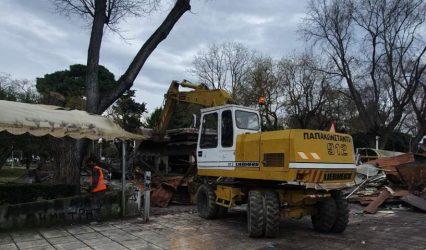 Θεσσαλονίκη: Κατεδαφίζεται το καμένο αναψυκτήριο στο πάρκο Ξαρχάκου (ΦΩΤΟ)