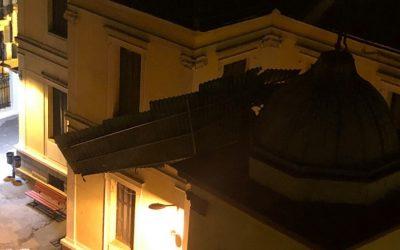 Θεσσαλονίκη: Οι άνεμοι ξήλωσαν στέγαστρο που κατέληξε σε καμπαναριό ναού (ΒΙΝΤΕΟ)