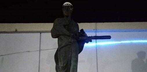 Θεσσαλονίκη: Εντυσαν… αστυνομικό το άγαλμα του Αριστοτέλη στο ΑΠΘ (ΦΩΤΟ)