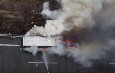 Βίντεο από τη φωτιά του ΚΤΕΛ Θεσσαλονίκης – 48 άνθρωποι επέβαιναν στο όχημα