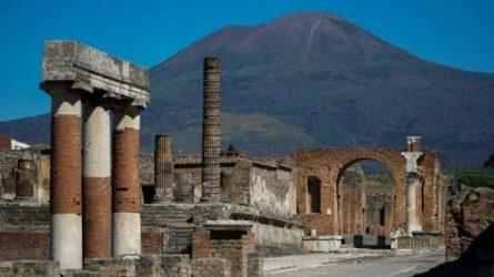 """Ιταλία: Στο """"φως"""" άθικτο ρωμαϊκό άρμα στην Πομπηία"""