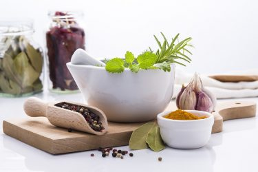 Τα βότανα και τα μπαχαρικά που καταπολεμούν τη φλεγμονή