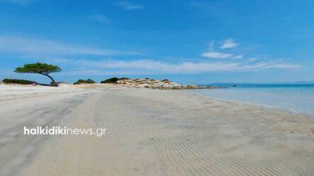 """Χαλκιδική: """"Χάθηκε"""" η θάλασσα από την παραλία Καρύδι (ΦΩΤΟ)"""