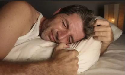 Πονάνε τα γόνατά σας τη νύχτα; Τι μπορεί να συμβαίνει
