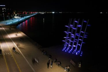 Θεσσαλονίκη: Σε πένθιμο χρώμα οι «Ομπρέλες» του Ζογγολόπουλου