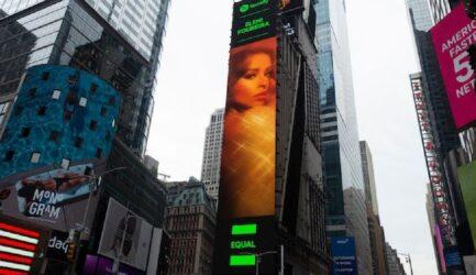 Στην Times Square η Φουρέιρα – Εγινε πρέσβειρα της ισότητας των δύο φύλλων