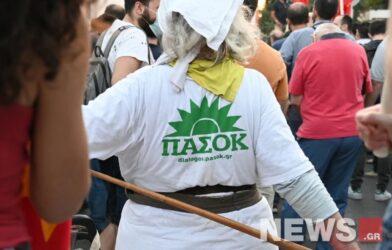 Με μπλούζα ΠΑΣΟΚ πήγε σε συγκέντρωση του ΚΚΕ… (ΦΩΤΟ)