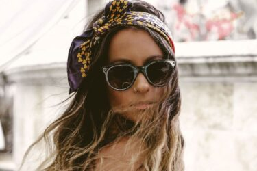 Μαντήλι για τα μαλλιά: Οι τρόποι να το φορέσετε το καλοκαίρι