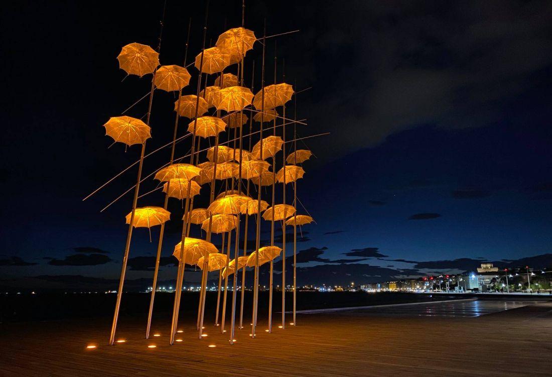 Thes | Θεσσαλονίκη: Πορτοκαλί οι «Ομπρέλες» του Ζογγολόπουλου (ΦΩΤΟ)