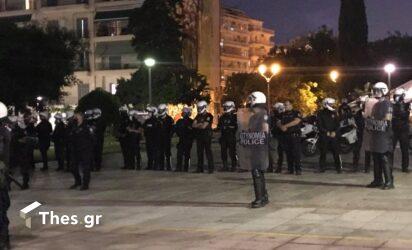 Θεσσαλονίκη: Στη Φιλοσοφική οι φοιτητές – Αναψαν και πυρσούς (ΒΙΝΤΕΟ)
