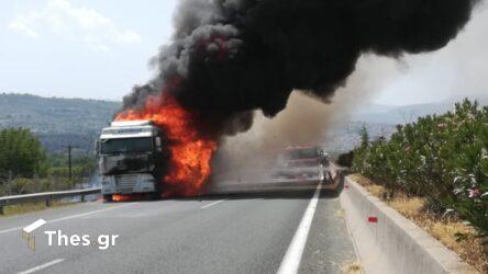 Κάηκε ολοσχερώς νταλίκα που μετέφερε καρπούζια στην Εγνατία Οδό (ΒΙΝΤΕΟ & ΦΩΤΟ)